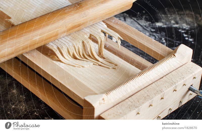 dunkel Ernährung frisch Tisch Küche Tradition machen Backwaren Teigwaren roh Zutaten Italienisch Italienische Küche Vorbereitung Spaghetti produzieren