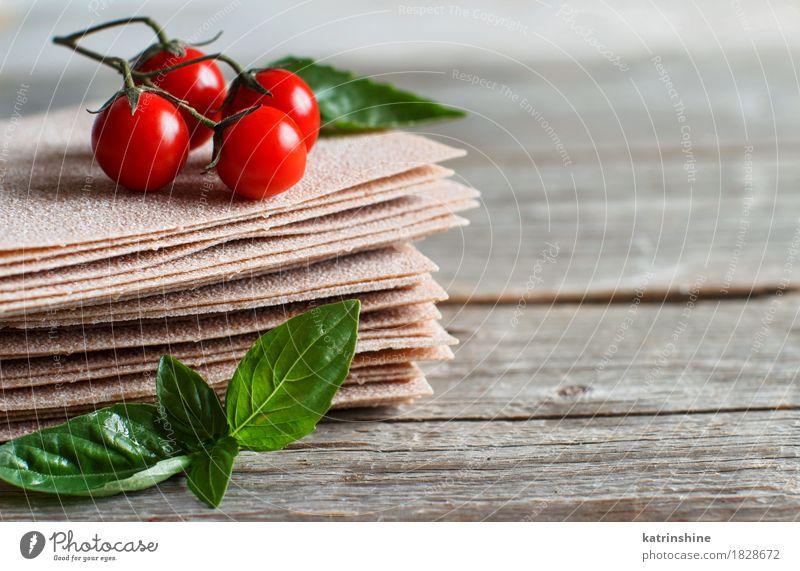 Rohe Lasagne Blätter, Basilikum und Kirschtomaten Gemüse Teigwaren Backwaren Kräuter & Gewürze Ernährung Italienische Küche Tisch Gesundheit grau grün rot