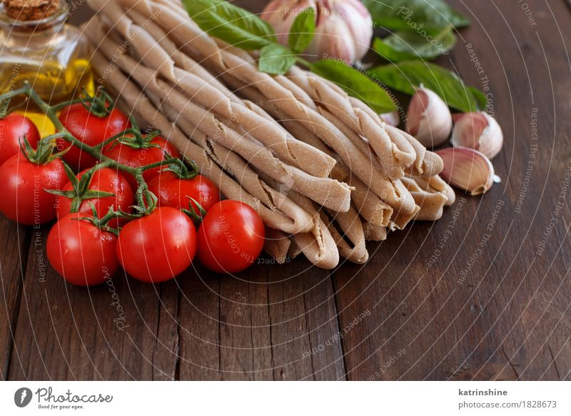 Vollkornnudeln, Gemüse, Kräuter und Olivenöl grün rot Blatt dunkel braun frisch Tisch Kräuter & Gewürze Tradition Backwaren Flasche Mahlzeit