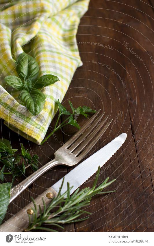 Weinlesegabel und -messer auf einer bunten Serviette Kräuter & Gewürze Abendessen Besteck Gabel Tisch Platz alt dunkel hell retro braun gelb grün Ordnung