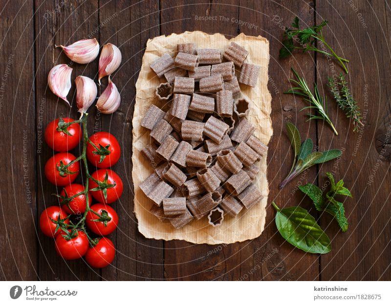 Vollkornnudeln, Gemüse und Kräuter Teigwaren Backwaren Kräuter & Gewürze Vegetarische Ernährung Diät Italienische Küche Tisch Blatt dunkel frisch braun grün rot