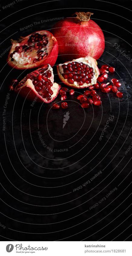 Öffnen Sie frische reife Granatäpfel Frucht Ernährung Vegetarische Ernährung Diät exotisch dunkel lecker saftig rot schwarz Ackerbau Antioxidans Lebensmittel