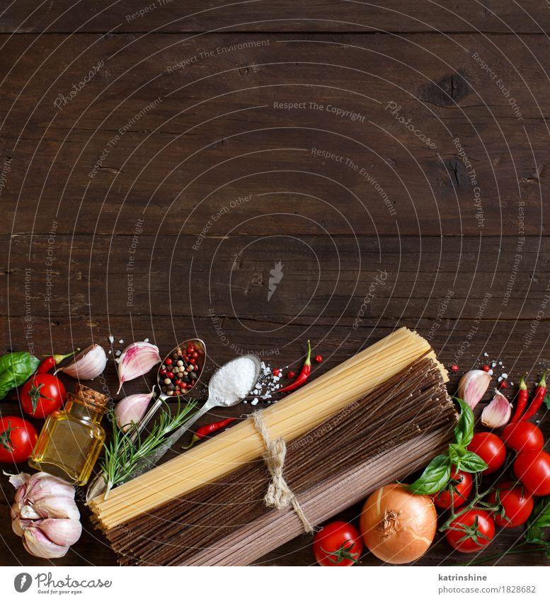 Drei Arten von Spaghetti, Gemüse und Kräutern alt grün rot Gesundheit Lebensmittel braun Ernährung Tisch Kräuter & Gewürze Backwaren Flasche Tomate Teigwaren