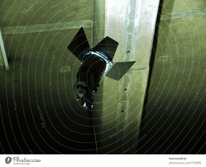 licht schwarz dunkel Wand Technik & Technologie Scheinwerfer Filmproduktion filmen Elektrisches Gerät Dreharbeit Tiefgarage