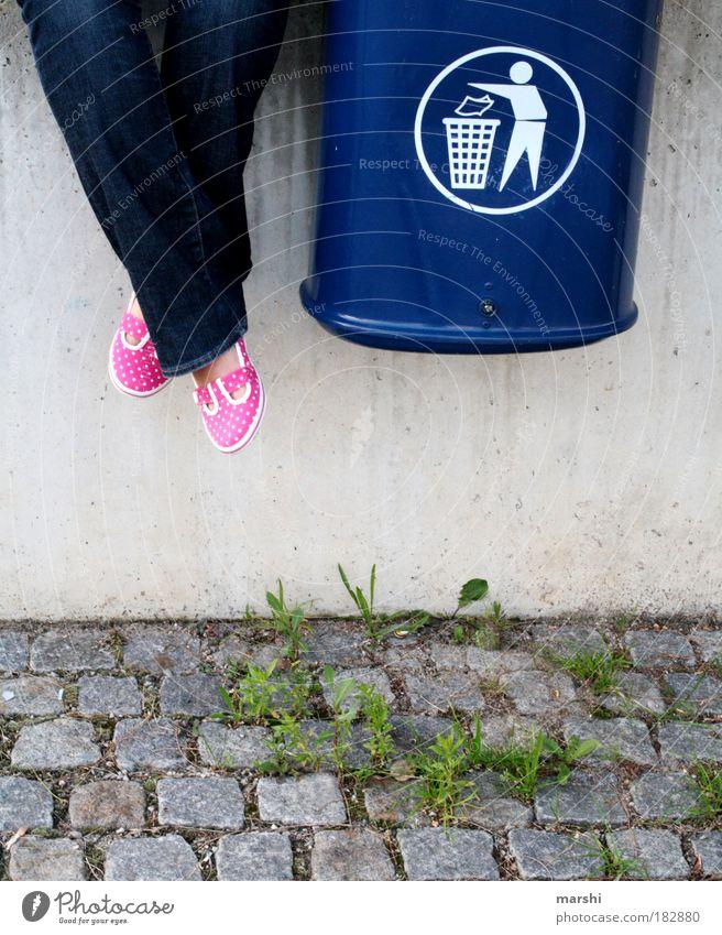 garbage Farbfoto Außenaufnahme Beine Fuß sitzen Müllbehälter rosa blau Gras Schotterweg Mauer sortieren Recycling Recyclingcontainer Kontrast Unkraut
