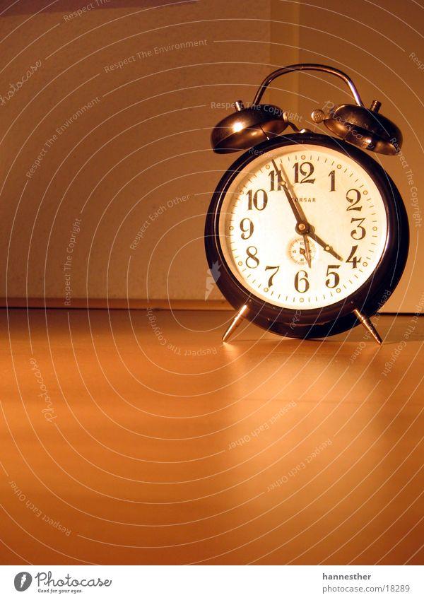 gute alte zeit#1 Uhr Wecker schwarz braun Zifferblatt ticktack Holz Laminat Elektrisches Gerät Technik & Technologie orange Uhrenzeiger Bodenbelag