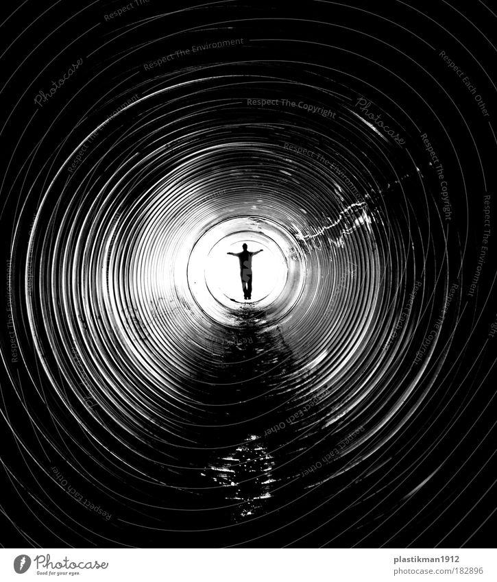 Ziel Schwarzweißfoto Innenaufnahme Licht Schatten Kontrast Mann Erwachsene Tunnel Tod Einsamkeit Ende Röhren Pipeline Zentralperspektive Silhouette Tunnelblick