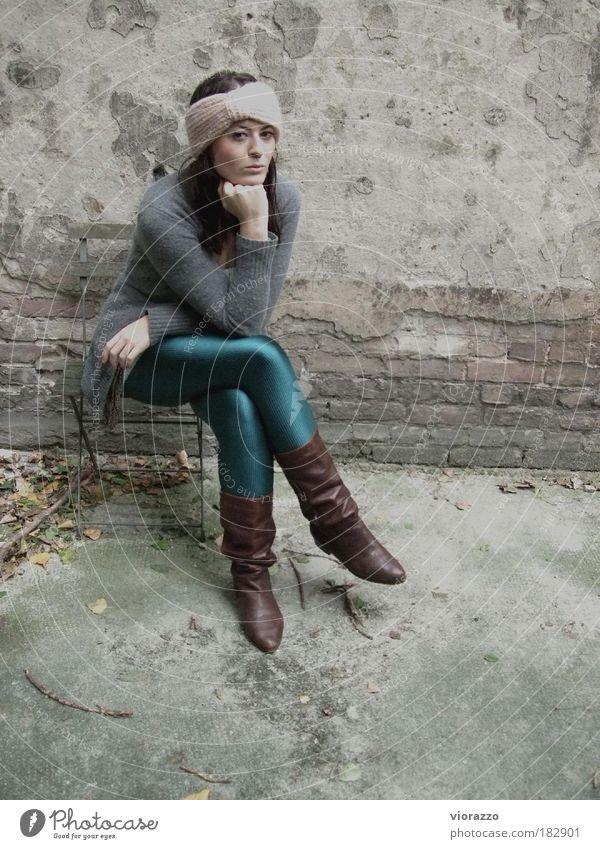 halina. Frau Mensch Jugendliche schön Porträt Erwachsene Haus Herbst feminin Wand grau Stil Denken Mauer Mode