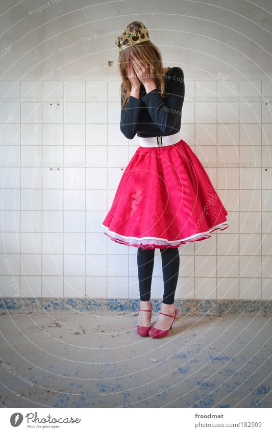 sissy Farbfoto mehrfarbig Innenaufnahme Textfreiraum links Ganzkörperaufnahme Blick nach unten geschlossene Augen Mensch feminin Junge Frau Jugendliche