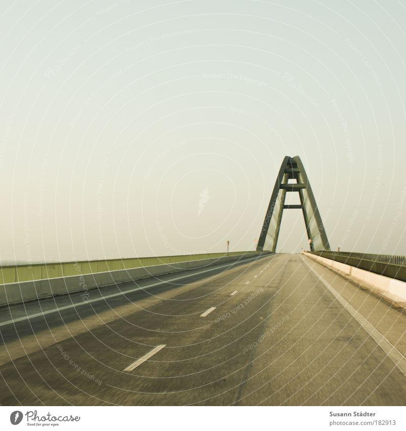 am Fehmarnsund Himmel grün Ferien & Urlaub & Reisen Wege & Pfade Architektur Straßenverkehr Brücke fahren Insel rund Schilder & Markierungen Verbindung Stahl