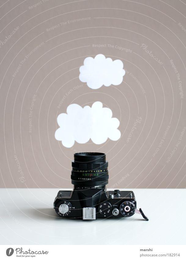 Traumwölkchen einfangen Farbfoto Innenaufnahme Stil Freizeit & Hobby Wolken hängen alt weiß Fotokamera Fotografie Fotografieren analog träumen Traumwelt