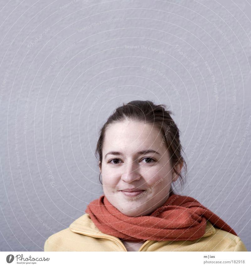 herbstliche Zufriedenheit Jugendliche Frau schön Freude Winter Gesicht Erholung Herbst feminin Porträt Wärme Zufriedenheit Gesundheit Haut Erwachsene