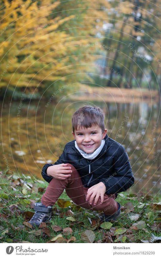 am See Freude Mensch Kleinkind Junge Familie & Verwandtschaft Kindheit 1 3-8 Jahre hocken Lächeln lachen Blick Herbst herbstlich Blatt Seeufer
