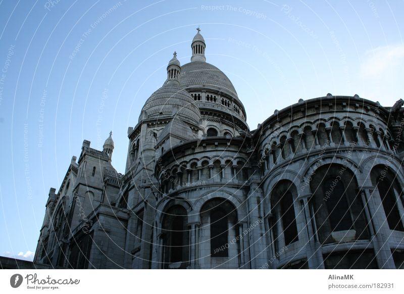 Sacre Coeur Farbfoto Außenaufnahme Menschenleer Tag Froschperspektive Tourismus Sightseeing Städtereise Paris Frankreich Europa Hauptstadt Kirche