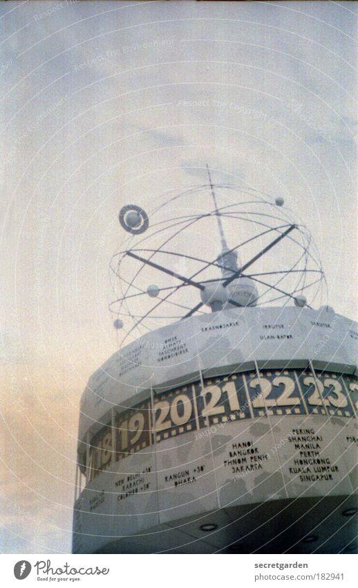 analoge zeitzone. Farbfoto Gedeckte Farben Außenaufnahme Experiment Lomografie Menschenleer Textfreiraum links Textfreiraum oben Hintergrund neutral