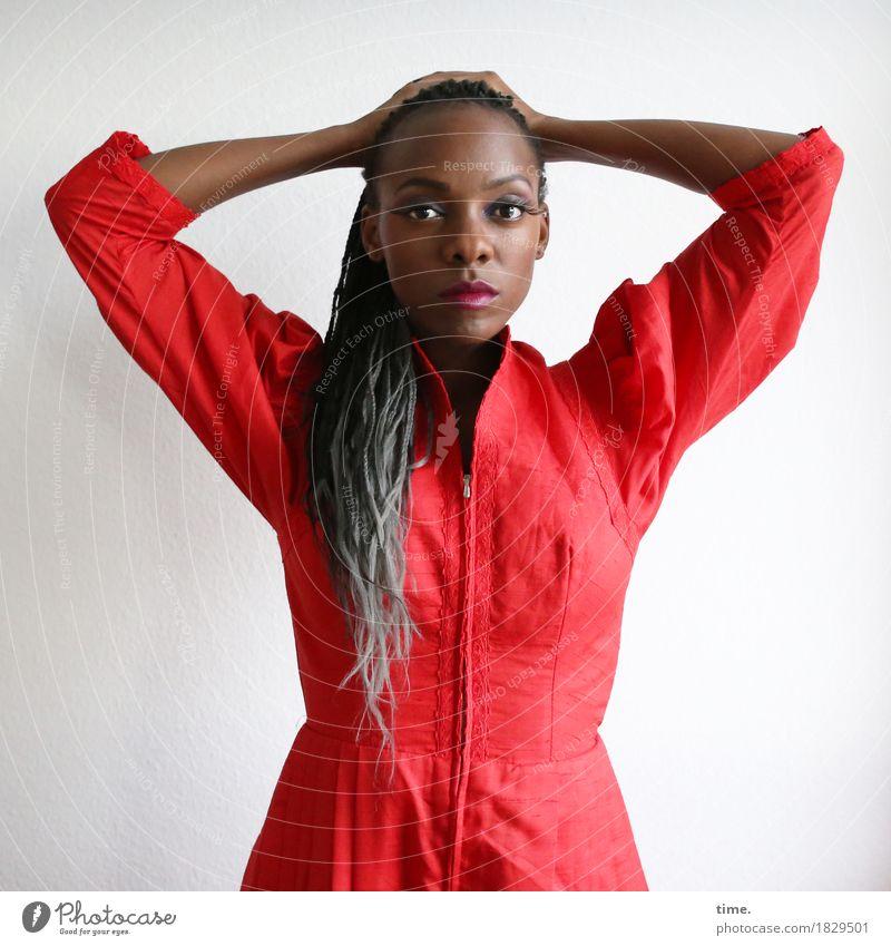 Tash feminin 1 Mensch Kleid schwarzhaarig grauhaarig langhaarig Rastalocken beobachten Denken Blick warten schön selbstbewußt Coolness Willensstärke Mut