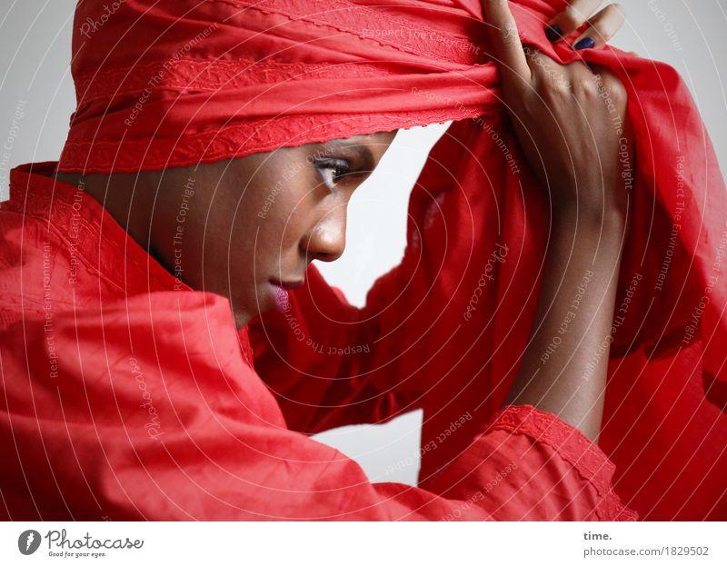Tash Stil Bekleidung feminin Frau Erwachsene 1 Mensch Künstler Schauspieler Kleid Kopftuch beobachten festhalten Blick ästhetisch authentisch außergewöhnlich