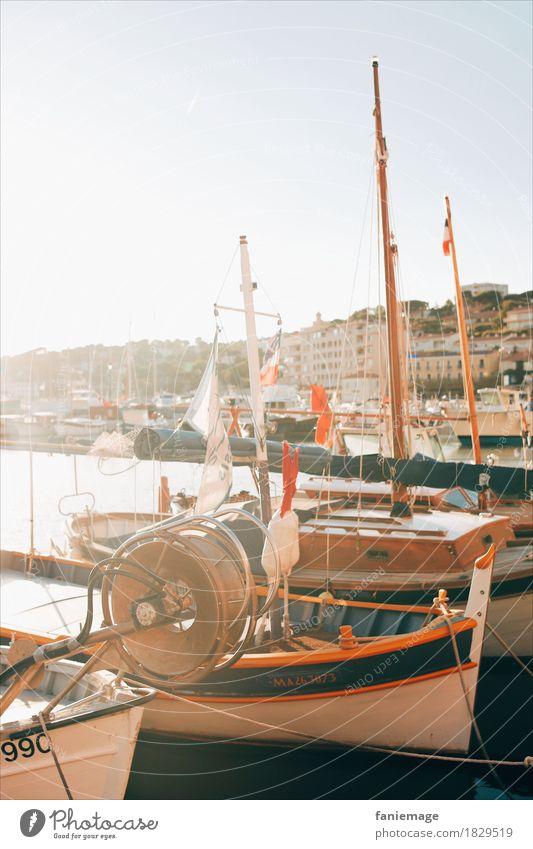 Hafen von Cassis Lifestyle Reichtum Freizeit & Hobby Angeln heiß hell Fischerboot Hafenstadt Wasserfahrzeug Segelboot Segeln parken Sonnenstrahlen Warme Farbe