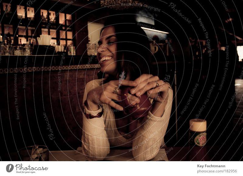 ! trinken Heißgetränk Kaffee Tasse Freude schön Gesicht Leben Wohlgefühl Tisch feminin Frau Erwachsene 18-30 Jahre Jugendliche Pullover schwarzhaarig langhaarig