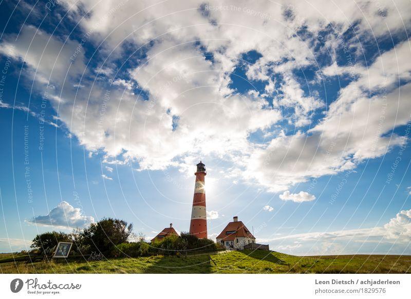 Leuchtturm Himmel Wolken Sonne Frühling Sommer Gras Hügel Haus Sehenswürdigkeit groß blau grün rot weiß Farbfoto Außenaufnahme Menschenleer Textfreiraum links