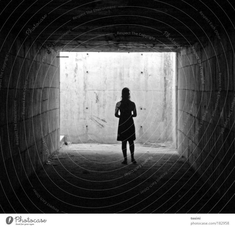 Tunnelblick Schwarzweißfoto Kontrast Silhouette Zentralperspektive Ganzkörperaufnahme Mensch Junge Frau Jugendliche Erwachsene dreckig dunkel Ekel gruselig