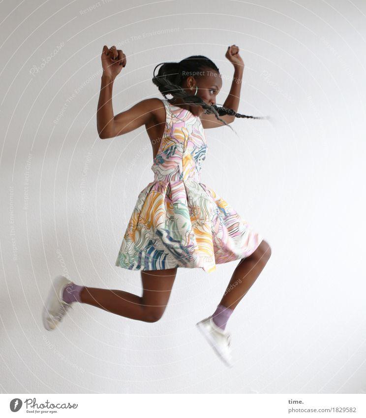 . Mensch schön Freude Leben Bewegung Sport feminin Gesundheit springen wild elegant Kraft Kreativität Lebensfreude Kleid sportlich