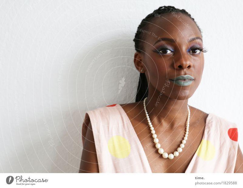 . schön Gesicht Schminke Lippenstift feminin Frau Erwachsene 1 Mensch Kleid Schmuck schwarzhaarig langhaarig Zopf beobachten Blick außergewöhnlich