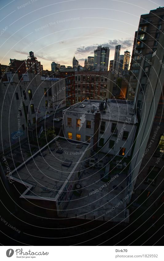 Lebensraum Lifestyle Häusliches Leben Schönes Wetter New York City Manhattan Chinatown Stadtzentrum überbevölkert Haus Fassade Dach Straßenschlucht Hinterhof
