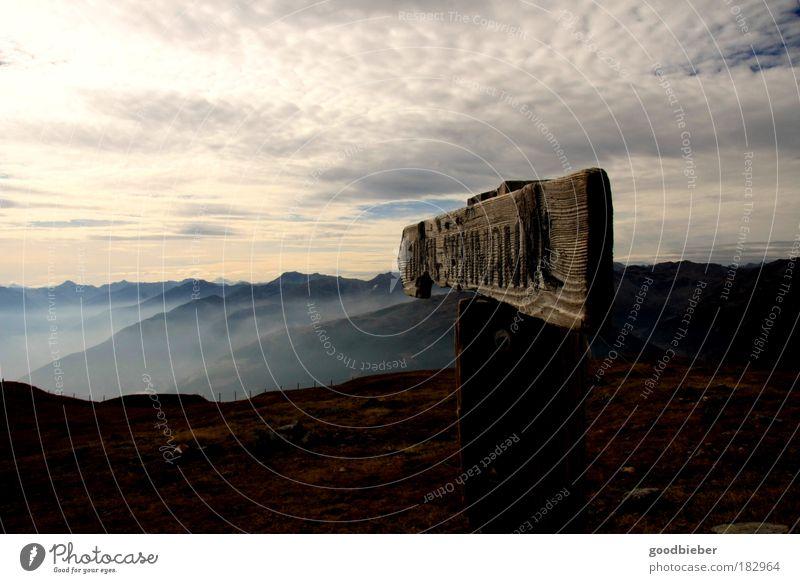 Wegweisend Natur Himmel Wolken Straße dunkel Herbst Gras Berge u. Gebirge Wege & Pfade Landschaft Luft braun Kraft Sonnenuntergang gold Horizont