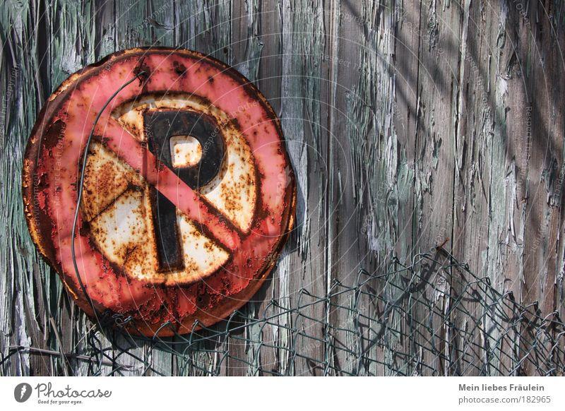 Ver(rostetes)bot grün rot grau Gesetze und Verordnungen Schilder & Markierungen Verkehr fahren Hinweisschild Zaun Rost trashig Autofahren parken Parkplatz Schatten Verbote