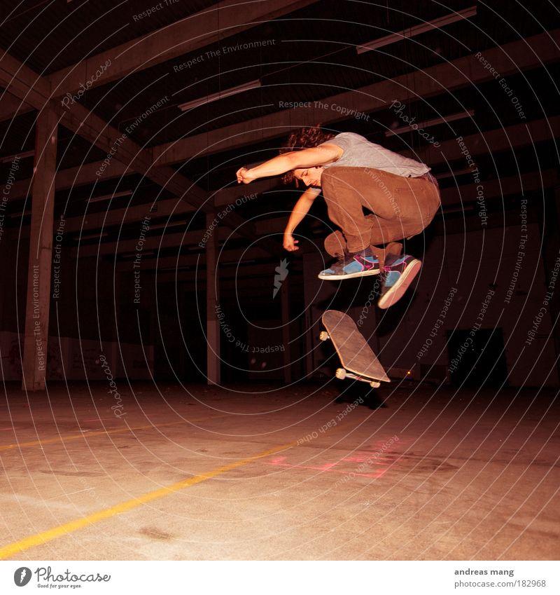 Pop Shove-it Farbfoto Innenaufnahme Kontrast Stil Sport Sportler Skateboarding Junger Mann Jugendliche Erwachsene Lagerhalle Bewegung drehen fahren fliegen