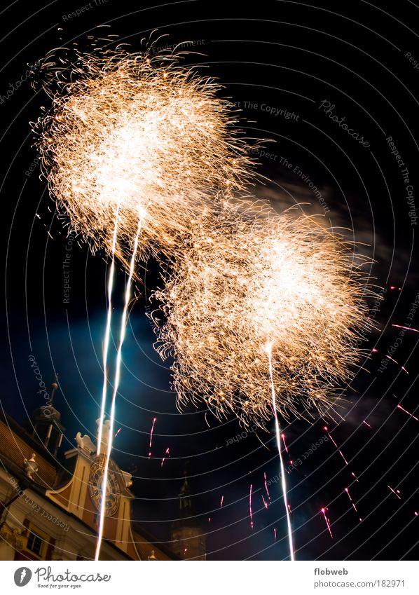 Fireworks blau weiß Freude schwarz Haus gelb Langzeitbelichtung Deutschland Feste & Feiern glänzend Fröhlichkeit Europa leuchten beobachten Unendlichkeit