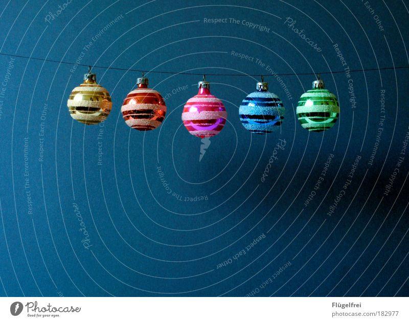 lächelnde Weihnachtskugeln :) Weihnachten & Advent blau grün schön rot gelb rosa Weihnachtsdekoration Lächeln Fröhlichkeit Schnur Kontrast Reflexion & Spiegelung Kitsch Reihe Sammlung