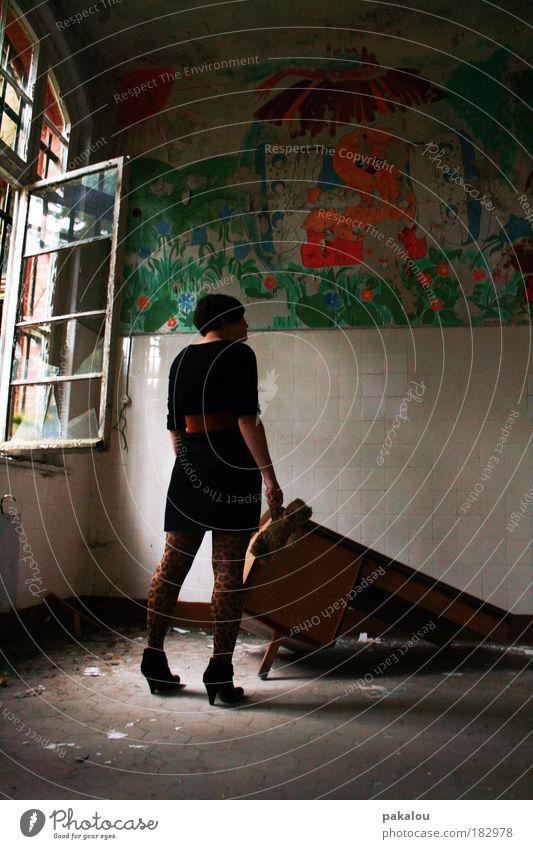 es war einmal eine kindheit ... Jugendliche alt Einsamkeit feminin Wand Fenster träumen Traurigkeit Mauer Gebäude Denken Schuhe Graffiti Reflexion & Spiegelung
