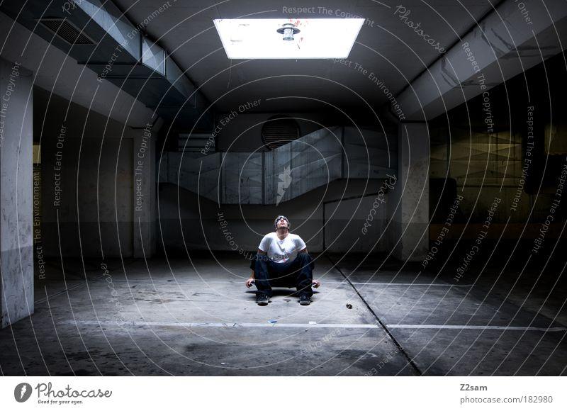 erleuchtet Mensch Stadt Einsamkeit Erholung kalt Architektur träumen Freizeit & Hobby sitzen maskulin Coolness einzigartig T-Shirt Konzentration Licht trashig