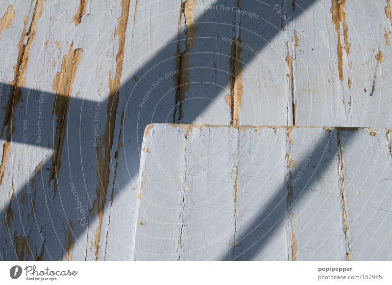 Schatten auf Holz blau Sommer Ferien & Urlaub & Reisen Holz grau Fassade Baustelle Vergänglichkeit Streifen Hütte Renovieren Sommerurlaub Fischerdorf