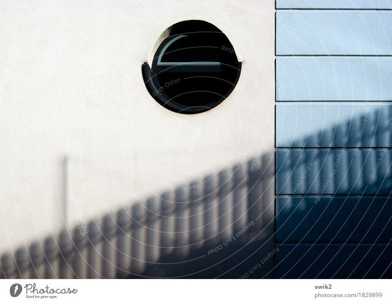 Bullauge Mauer Wand Fassade Fenster Beton Glas Kunststoff eckig einfach rund Stadt schwarz weiß Design hell-blau Schatten Zaun Barriere Diskretion Rundfenster