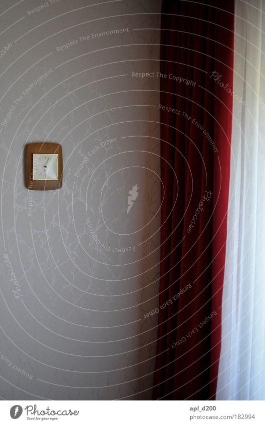 Lichteinfall alt weiß rot Haus Einsamkeit Wand Fenster Mauer Sicherheit authentisch fallen Vorhang Gardine Einfamilienhaus Endzeitstimmung