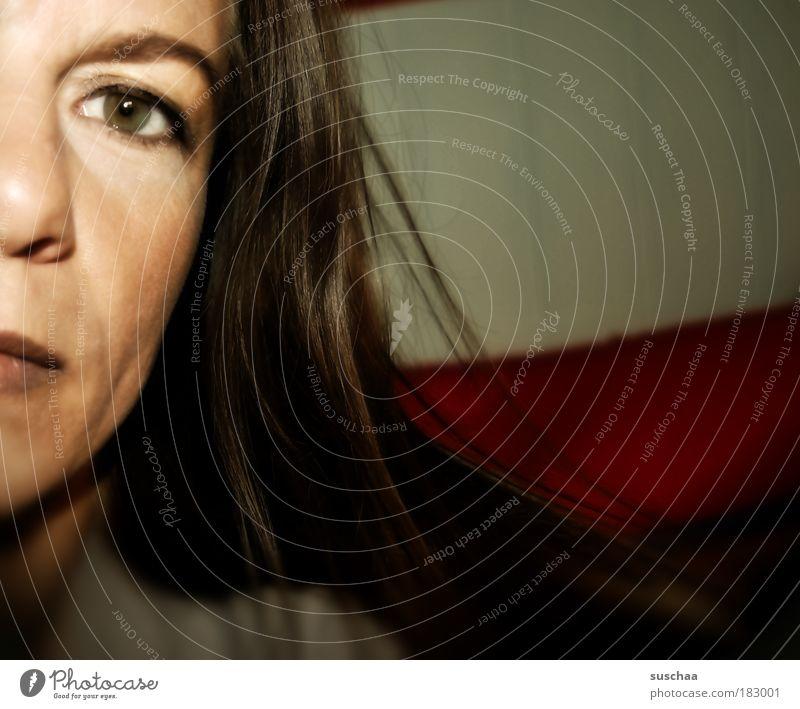 200 .. Farbfoto Gedeckte Farben Nahaufnahme Schwache Tiefenschärfe Porträt Profil Blick Blick in die Kamera feminin Frau Erwachsene Kopf Haare & Frisuren