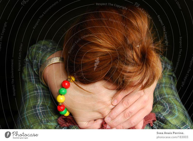 hast du mich denn schon entdeckt? ich bin versteckt. Jugendliche Hand grün rot Freude Einsamkeit Farbe schwarz Erwachsene gelb feminin Haare & Frisuren Kopf