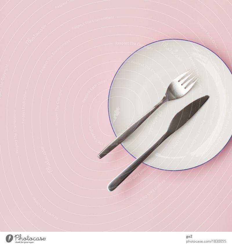 Teller, Gabel, Messer Ernährung Diät Fasten Geschirr Besteck ästhetisch rosa silber weiß sparsam Farbfoto Innenaufnahme Studioaufnahme Nahaufnahme Menschenleer
