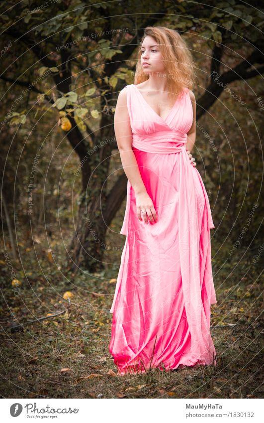 Mensch Natur Jugendliche Pflanze Junge Frau Baum Blatt Wald 18-30 Jahre Erwachsene Leben Gefühle Herbst Gras Garten Stimmung