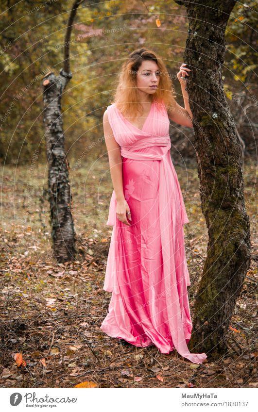 Mensch Frau Natur Jugendliche Pflanze schön Junge Frau Baum Wald 18-30 Jahre Erwachsene Herbst Garten träumen Erfolg Fröhlichkeit