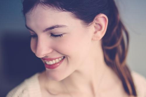 Nur ein Lächeln. Mensch feminin Junge Frau Jugendliche Erwachsene Gesicht Zähne 1 18-30 Jahre brünett Zopf lachen schön natürlich Gefühle Stimmung Freude Glück