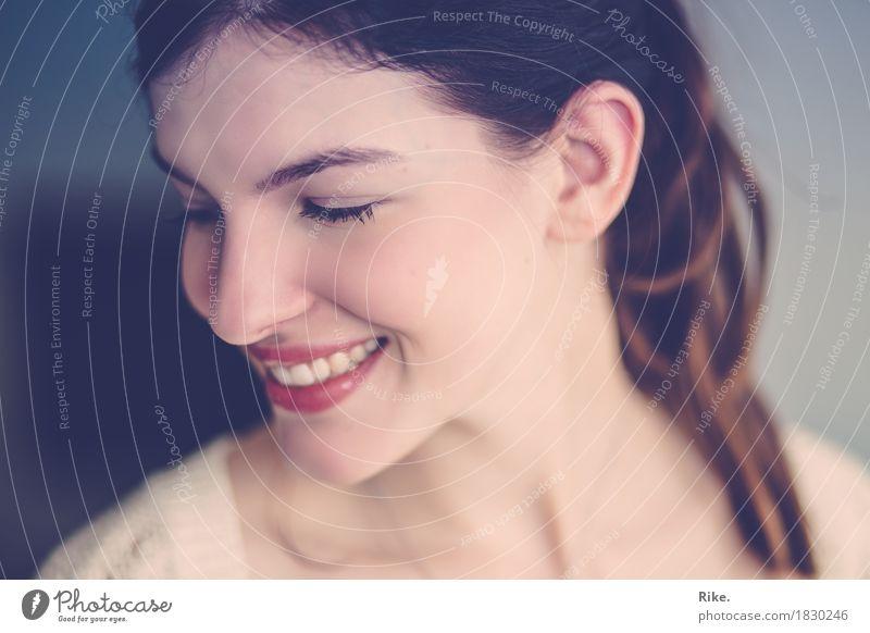 Nur ein Lächeln. Mensch Jugendliche schön Junge Frau Freude 18-30 Jahre Gesicht Erwachsene Gefühle natürlich feminin lachen Glück Stimmung Zufriedenheit