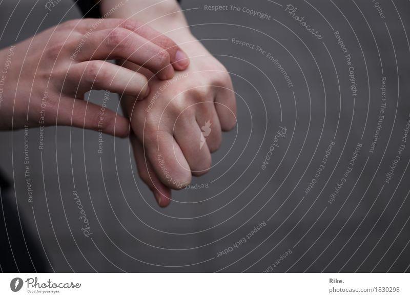 Es juckt? Körperpflege Haut Creme Gesundheit Behandlung Krankheit Allergie Mensch Frau Erwachsene Mann Hand Finger 1 Schmerz Juckreiz kratzen Ekzem