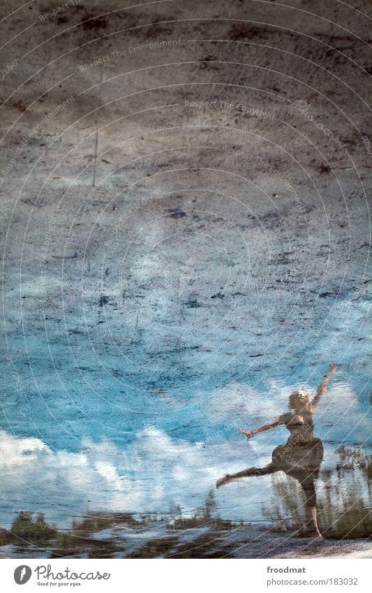 schwanensee Farbfoto Gedeckte Farben Außenaufnahme Textfreiraum oben Tag Licht Reflexion & Spiegelung Ganzkörperaufnahme Blick nach oben Mensch feminin
