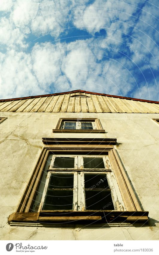Giebelwand Farbfoto Menschenleer Textfreiraum oben Sonnenlicht Froschperspektive Haus Handwerk Baustelle Himmel Schönes Wetter Mehrfamilienhaus Mauer Wand