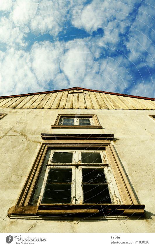 Giebelwand Himmel alt Haus Fenster Wand Mauer Fassade Armut ästhetisch kaputt Hoffnung Baustelle einzigartig Vergänglichkeit einfach Ende