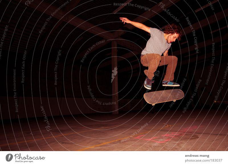 Kickflip Innenaufnahme Licht Schatten Kontrast Stil Freizeit & Hobby Sport extrem Extremsport Skateboard Skateboarding Junger Mann Jugendliche Erwachsene Leben